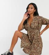 ASOS DESIGN Petite - Leopardprintet Tea-kjole med knapper af imiteret horn-Multifarvet